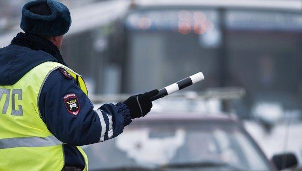 Сотрудник ГИБДД следит за порядком на дороге