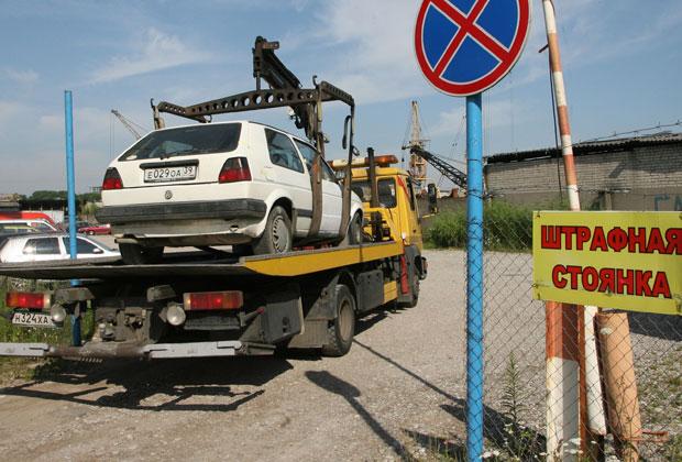 Автомобили увозят на штрафстоянку